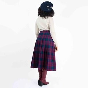 Vintage 70s wool pleated plaid midi skirt in maroon Label missing, fits best S-M Model: 161/ S (a bit loose on her) Measurements (flat): length: 76 waist: 38 Price is final! Free shipping! Ask for the full description! No returns!