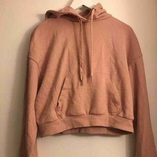 Säljer denna ros hoodie från H&M, den är knappt använd alltså är den i bra skick. Skriv vid intresse eller frågor🥰