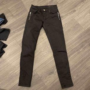 Svarta byxor med dragkedja upp till som detalj. 30kr+ frakt