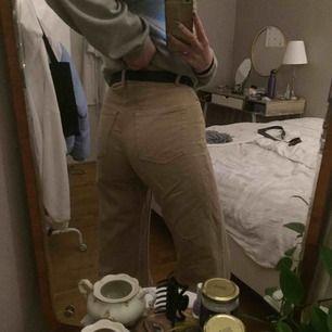 Beiga Yoko jeans från monki i stl 27, superfint skick, inte slitna, skrynkliga pga att de har legat i min garderob, säljer för att de är förkorta på mig, står ej för frakt 💃💃