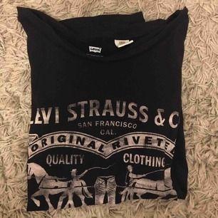 T-shirt från levis strl small. Funkar som Medium. Mycket bra skick. Frakt: 50kr