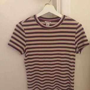 jättesöt randig t-shirt från monki! säljer då jag inte använder den längre☹️ köpt för ca 200 kr😄