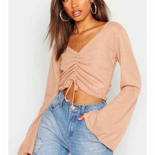 Helt ny tröja från boohoo som ja aldrig använt då den är för liten på mig! Den är mer brunaktig irl! Banden är inte justerbara utan bara en detalj. Frakt tillkommer