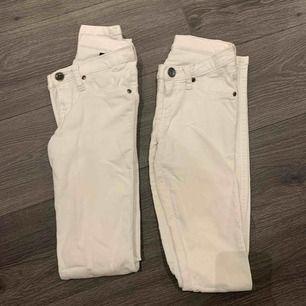 Har två stycken helt vanliga vita byxor från Dr Denim. 30kr/ styck +frakt
