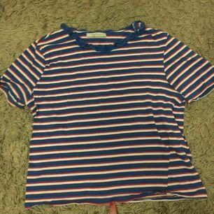 T-shirt top från zara. Knappt använd. Ganska kort. Passar xs-small. Frakt:50kr