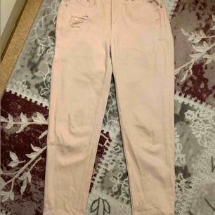 Ljus rosa boyfriend jeans. Köpt från h&m. Kan bara träffas. Kontakta om du vill ha fler bilder
