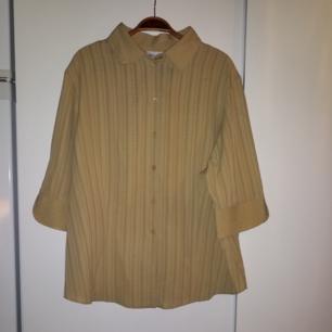 Fin ljust gul skjorta med halvlånga ärmar