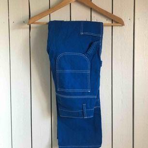 Womens Dickies Cobalt Blue Carpenter Pant köpta på Urban Outfitters i NYC. Använda enstaka gång, är som nya! Midjan är 25 och längden är OS. Jag är ca. 166 cm. Frakt tillkommer alternativt mötas upp i Gbg.