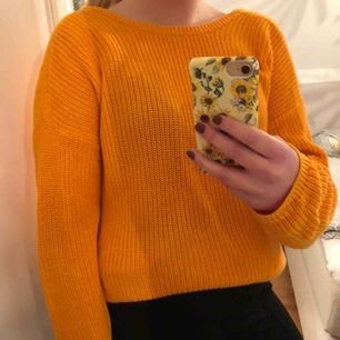 Superfin orange stickad tröja från NA-KD🌼 Använd 1-2 gånger. V-ringad djup rygg.  Frakt tillkommer⭐️