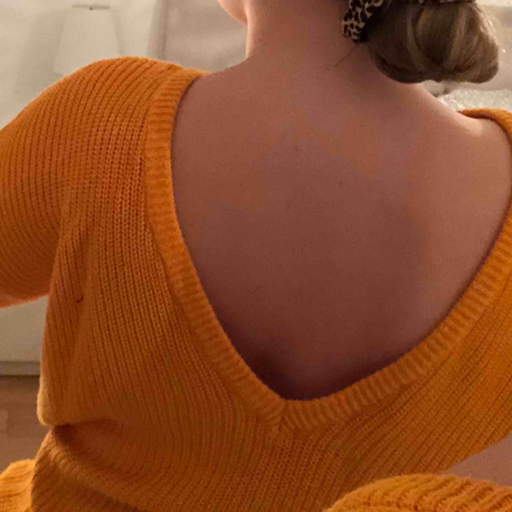 Superfin orange stickad tröja från NA-KD🌼 Använd 1-2 gånger. V-ringad djup rygg.  Frakt tillkommer⭐️. Stickat.
