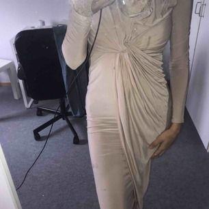 Säljer en klännings om är använd en kväll.  Säljer pga den är lite för stor för mig. Den fixar fina former och fin uringad. Fin tyg som Rebecca Stellas