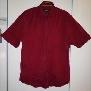 Kortärmad skjorta i fin röd färg