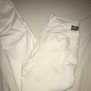 Vanliga vita jeans från DrDenim i strl S, säljer då de blivit försmå för mig :((