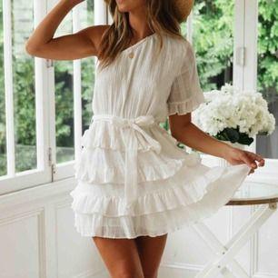 Jättefin klänning från DM retro, använd 1 gång så gott som ny.  Nypris: 799 kr