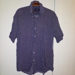 Mönstrad skjorta med mörkblå botten