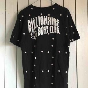 Billionaire Boys Club t-shirt in Polka Dot. Använd men väl omhändertagen och är i jättebra skick. Har inte kommit till användning på senaste så den förtjänar nytt liv hos ny ägare🐼🍦 Frakt tillkommer alternativt mötas upp i Gbg.