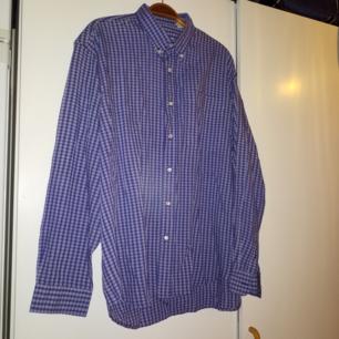 Tunn rutig skjorta utan storlek, men passar upp till xl