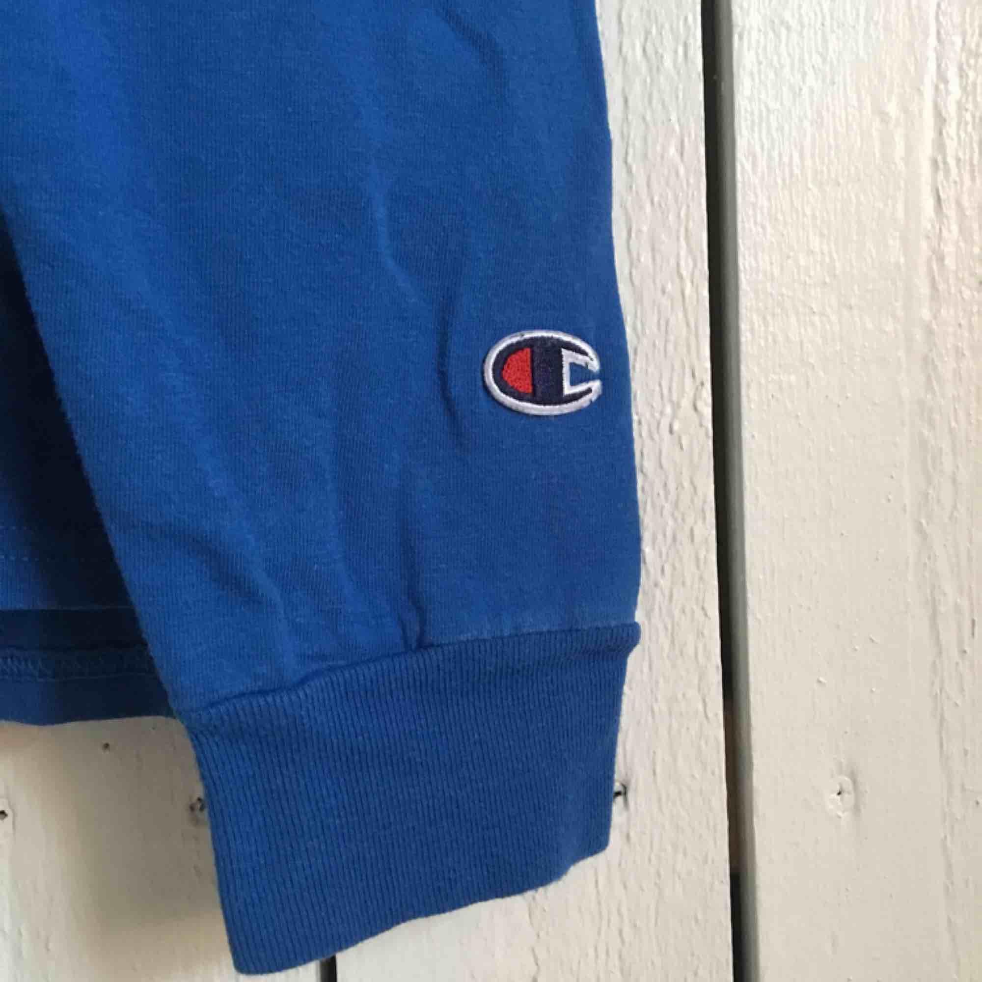 Champion Authentic långärmad t-shirt i blå. Slitstarkt material och är i ett bra skick! Har en bröstficka samt broderad logo på ärmen. Frakt tillkommer alternativt mötas upp i Gbg.. Tröjor & Koftor.