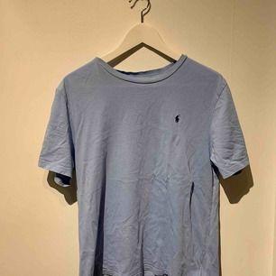 Helt ny Ralph lauren T-shirt. Säker pågrund av att den inte kommer till användning. Nypris var 550kr.