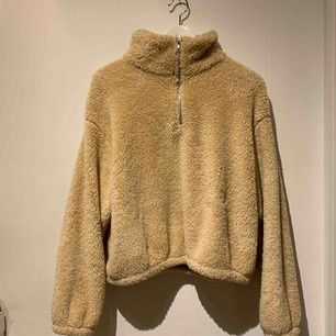 Helt ny Teddy tröja som är sjukt mjuk och mysig. Säljer då den inte kommer till användning. Köpare står för frakten.