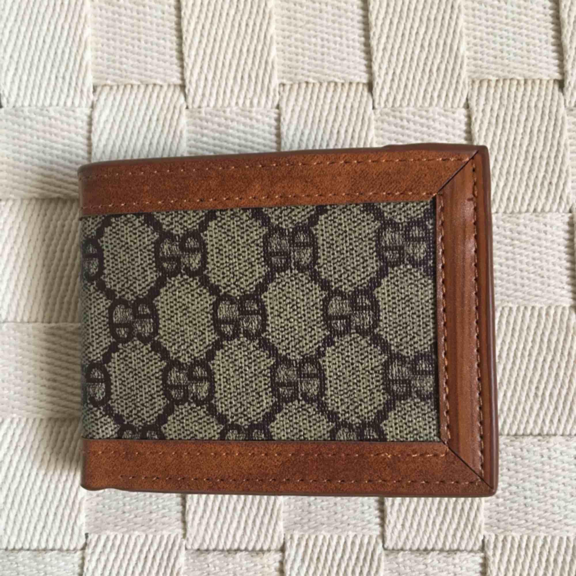 Thrift find fake brand plånbok med mönster. Aldrig använd! Frakt tillkommer alternativt mötas upp i Gbg. Accessoarer.