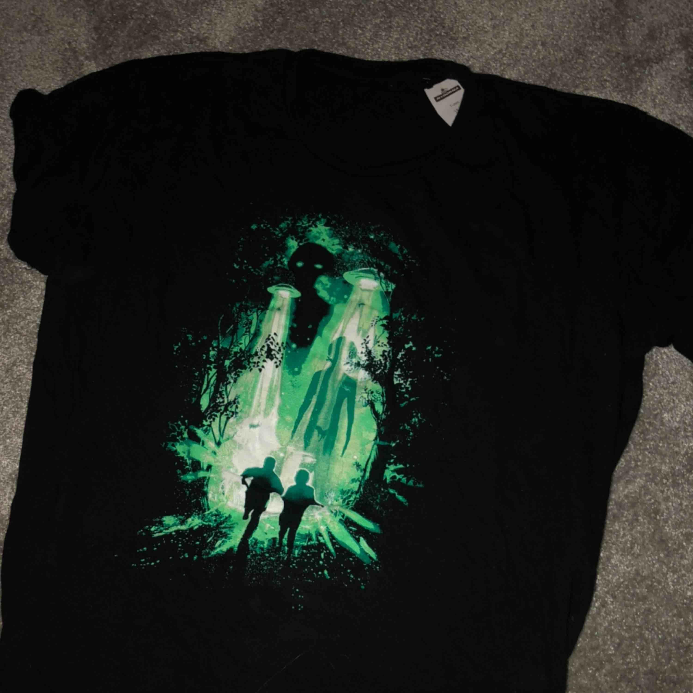 En supersnygg tröja som säljs pågrund av att den aldrig är använd. Står ingen storlek men passar mig o är lite oversize och är i storlek XS/S men passar även en M. T-shirts.