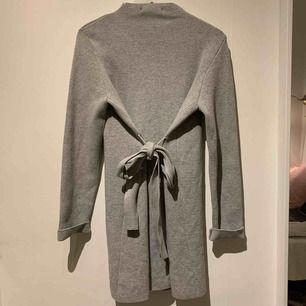 Helt ny kappa! Super fin och man kan knyta den där fram ifall man vill. Säljer pågrund av att det inte kommer till användning. Ny pris var 600kr.