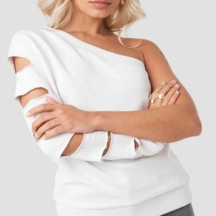 One shoulder collage tröja från AFJ X NAKD tror det är Fridas design Storlek S men skulle säga att den passar XS-M Nypris 400 kr , kan även byta mot andra snygga plagg🥰