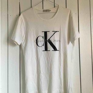 Äkta Calvin Klein t-shirt med logo. Ganska sliten i logotypen men annars inga andra skador! Frakt tillkommer alternativt mötas upp i Gbg