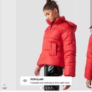 Puffer jacket från NAKD i nyskick Använt några gånger men inget som syns Säljer endast då jag inte gillar rött längre Nypris 700kr Oversized passar nog alla mellan 32 och 38  Skriv för fler bilder