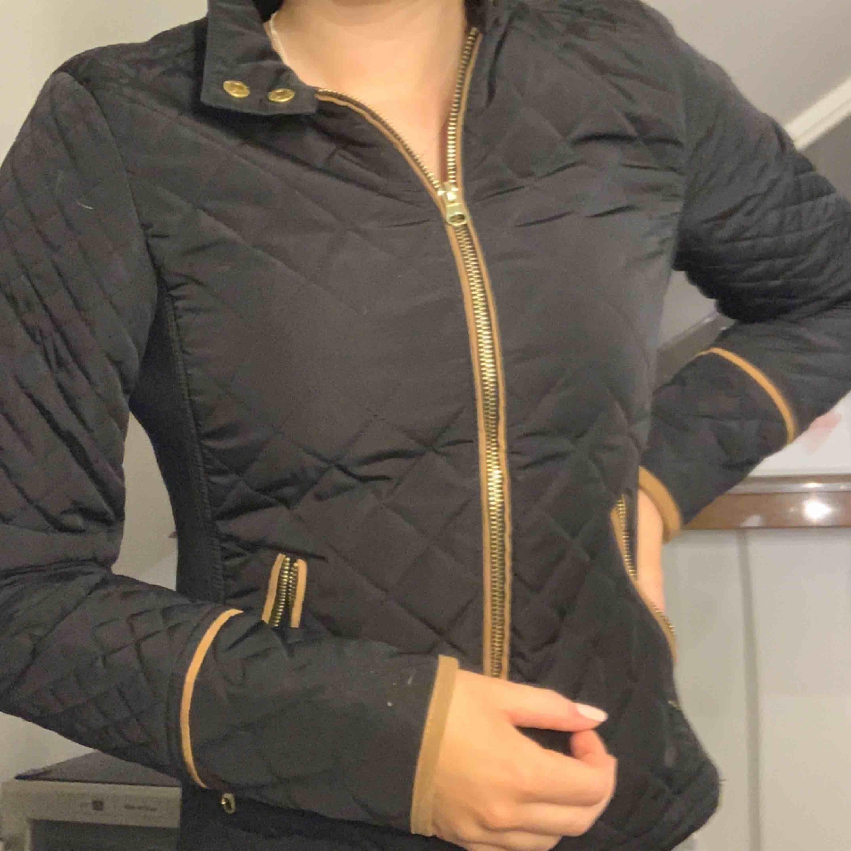 Använd ca 1/2 gånger. En svart jacka som passar bra till vår/hösten då den är tunn. Bra skick! . Jackor.