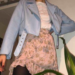 SUPERSNYGG och unik, blå skinnjacka från Zara. Köpt i strl L men passar mig oversized som är XS/S. pimpar verkligen upp en outfit! väldigt fint skick då jag använt den mycket sparsamt!! frakt tillkommer!<3