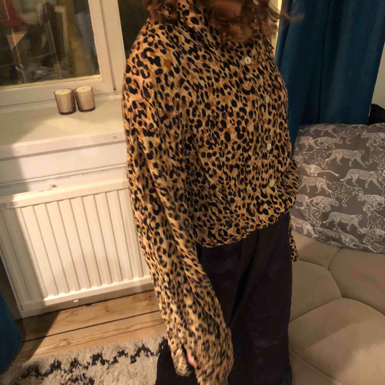 Leopard skjorta som är köpt i london och jätte fina skick. Aldrig använd och as fräsch till hösten/vintern. . Skjortor.
