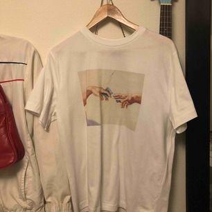 Fet t-shirt köpt i nån affär i Paris, inte använt en enda gång. Har inte fått tillfälle.