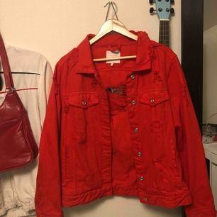 Grymt snygg röd jeansjacka, säljer pga inte riktigt min stil:(
