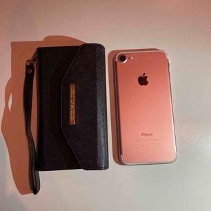 Iphone 7 i fint skick.  Rosé. 32 GB. Skal och fodral från Ideal of Sweden.