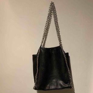 Helt oanvänd väska! Super snygg och rymmer jätte mycket. Säljer då den inte kommer till användning. Ny pris 600kr.