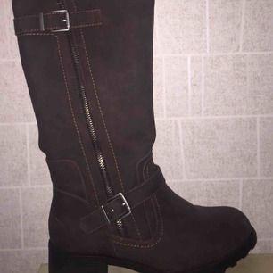 Mörkbruna skor me klack dragkedja på insida och utsida som detalj endast testade fodrade säljs pga inte min stil frakt tillkommer