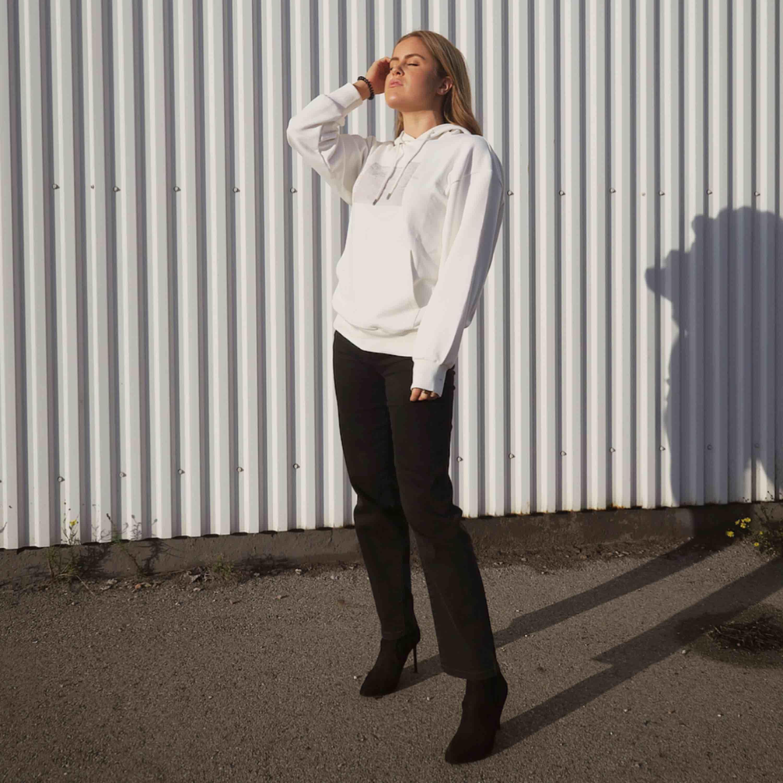 HIGH WAIST STRAIGHT FIT JEANS. endast använts på bild. Frakt tillkommer ❤️. Jeans & Byxor.