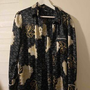 """Skjorta i blus material i """"pyjamas""""modell, endast testat - aldrig använd pga för stor för mig."""