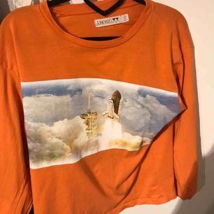 Långärmad orange junkyard tröja med coolt tryck! Frakt inte inkluderat