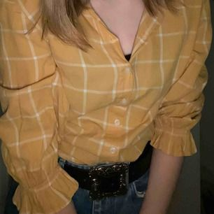 Söt retroskjorta från H&M säljer den pga att den är lite liten men annars är den i bra skick. Frakt från man stå för! ❤️