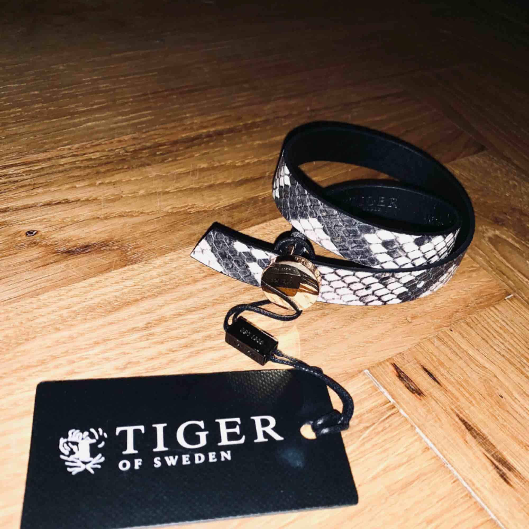 Tiger of Sweden wrap armband i läder - ormskinnsmönstrat. Accessoarer.