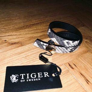 Tiger of Sweden wrap armband i läder - ormskinnsmönstrat