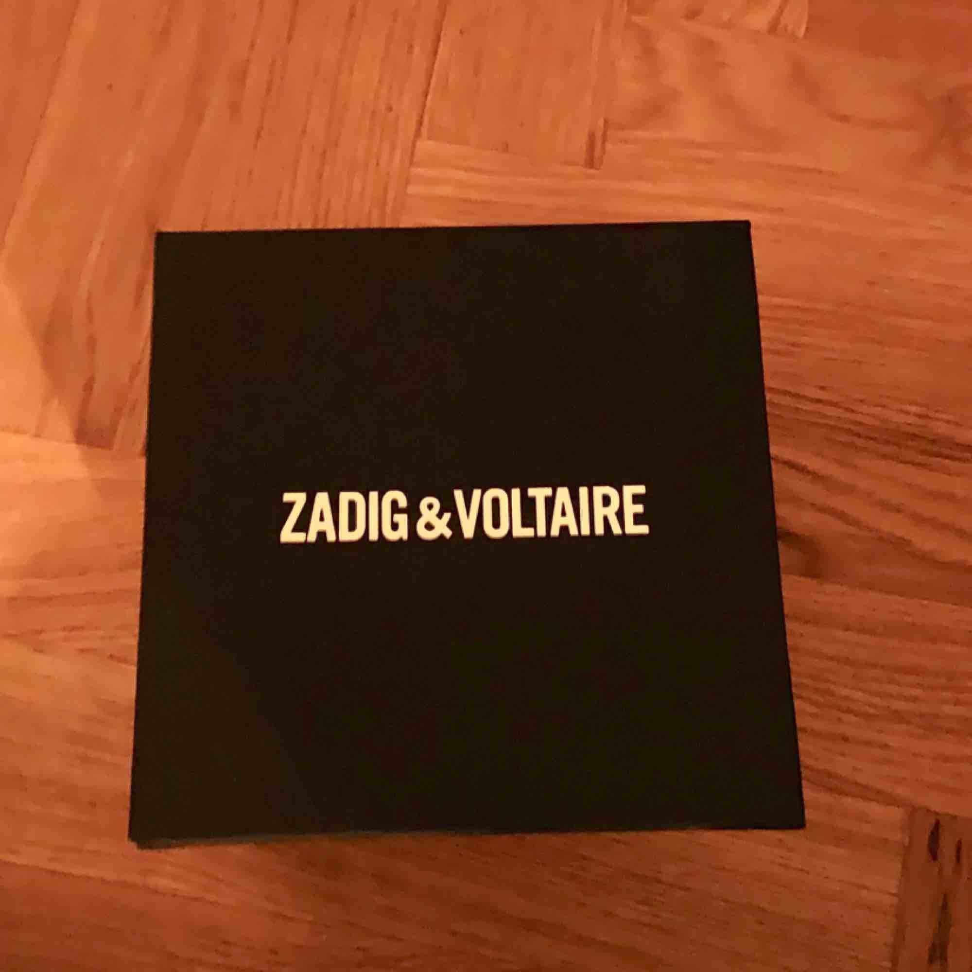 Gul Zadig et Voltaire klocka i silver. Aldrig använd, nypris 2000kr. Accessoarer.