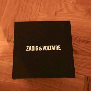 Gul Zadig et Voltaire klocka i silver. Aldrig använd, nypris 2000kr