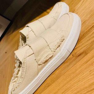Beiga/benvita loafer sneakers från Zara. Använt ett fåtal gånger.