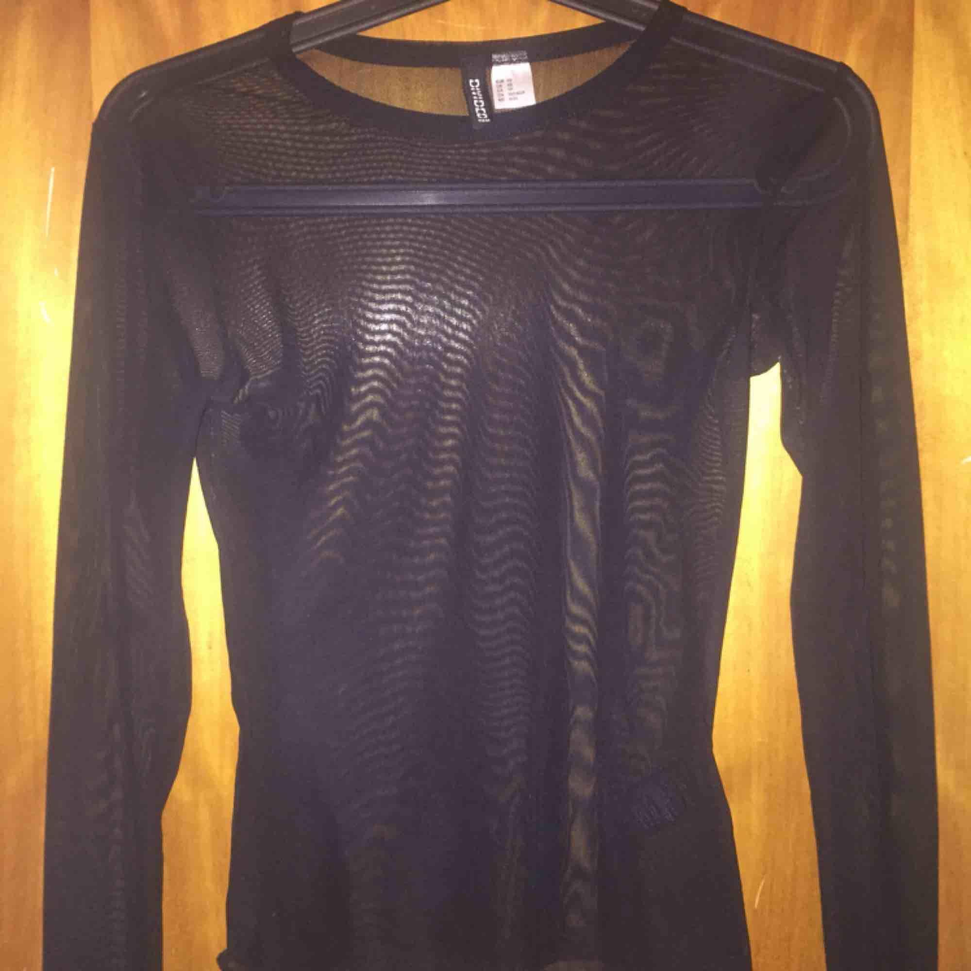 Fin mesh tröja från HM, använd 1 gång så i nyskick! stretchig och bra, skriv vid intresse eller frågor! köpare står för frakt :). Toppar.