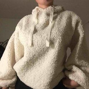 Fin teddy hoodie från forever 21, helt ny bara testad med lapp kvar, köppt för 300kr! Skriv vid frågor eller intresse, köpare står för frakt :)