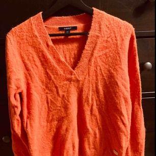 Orange Ralph Lauren stickad tröja i ull. Knappt använd. Bra skick men skulle behöva manglas/strykas.